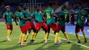 لاعبو الكاميرون يحتفلون بهدفهم الثاني في مرمى غينيا بيساو. 25 يونيو/حزيران 2019.