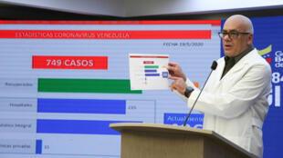 El ministro de Comunicación de Venezuela, Jorge Rodríguez, anuncia un nuevo toque de queda en la frontera con Colombia y Brasil, el 19 de mayo de 2020 en el presidencial Palacio de Miraflores