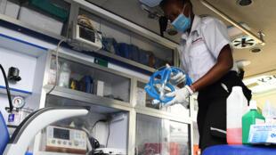 Un paramédico de la Cruz Roja keniana guarda el material en una ambulancia para visitar y trasladar a pacientes de COVID-19 desde su casa a hospitales el 3 de junio de 2020 en Nairobi