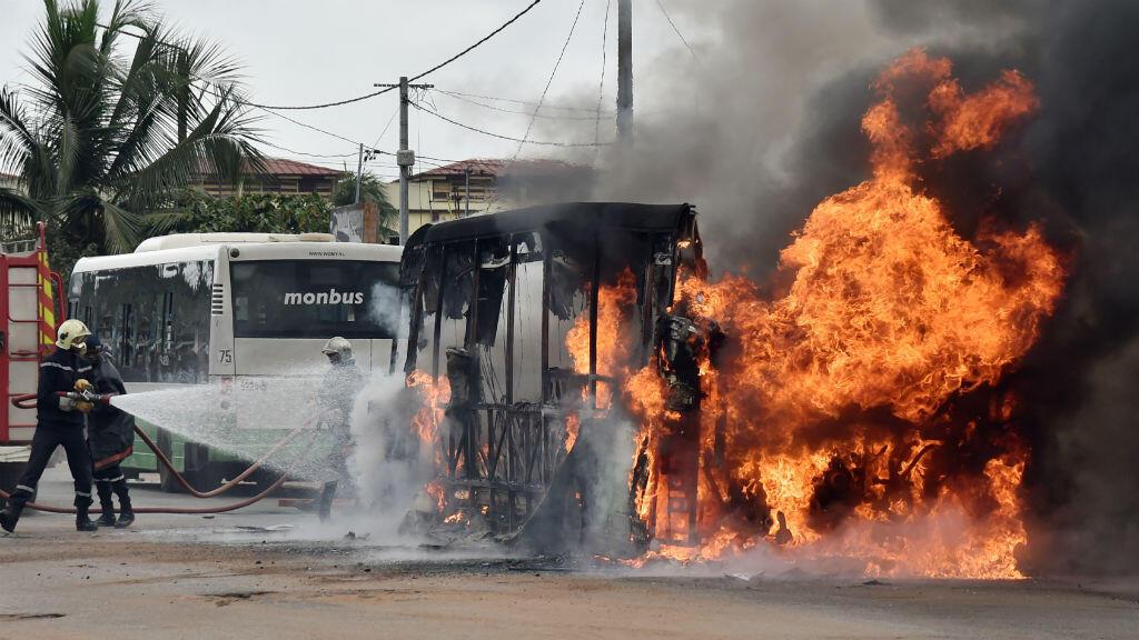 Un bus et un minibus ont été incendiés à Yopougon, quartier populaire pro-Gbagbo, le 10 septembre 2015.