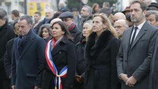 Anne Hidalgo, Nicole Belloubet et Christophe Castaner se recueillent, lors d'une cérémonie d'hommage aux victimes de l'attaque de Charlie Hebdo, le 7 janvier 2019.
