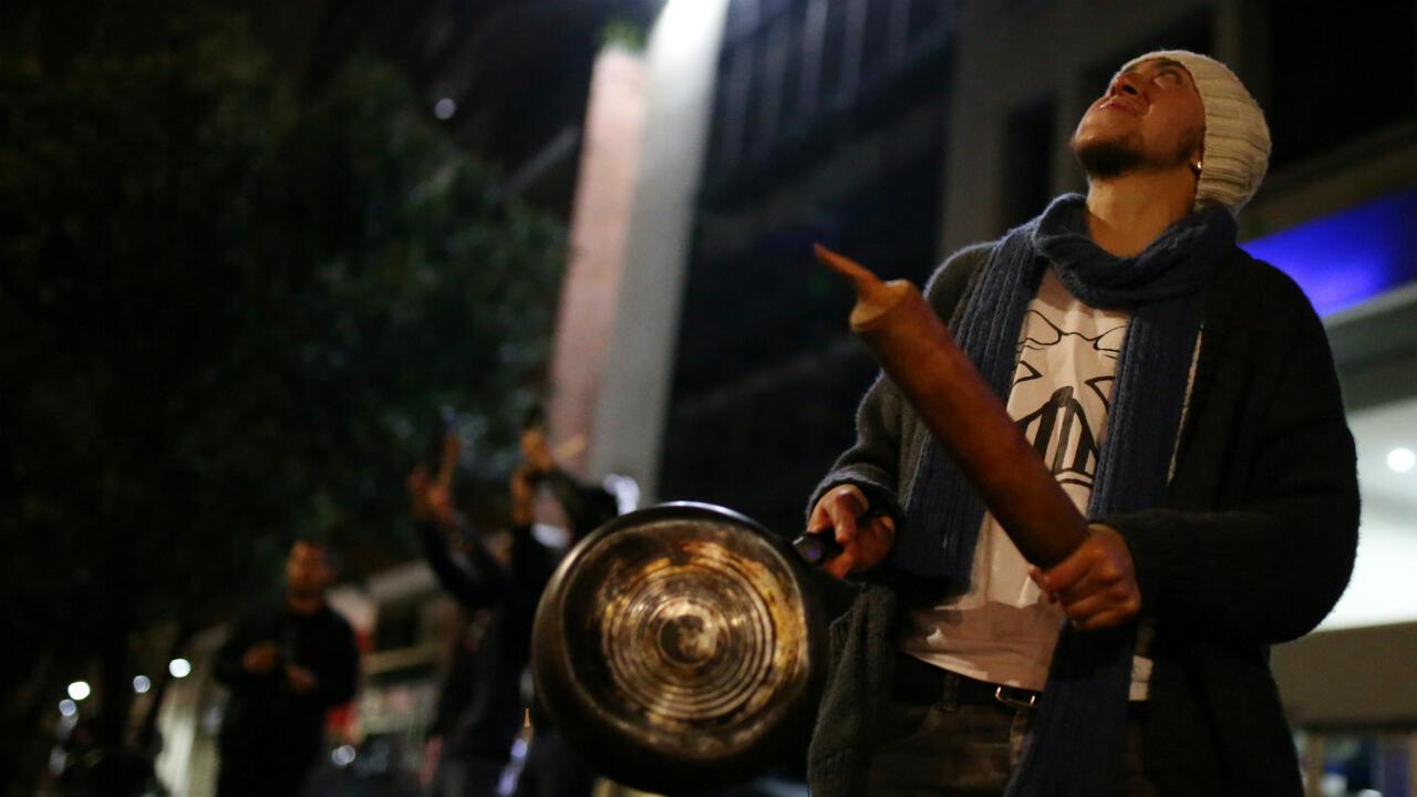 Uno de los manifestantes que continuó el Paro Nacional con un cacerolazo en la noche del 21 de noviembre de 2019 en Bogotá, Colombia.