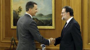 Le roi Felipe d'Espagne avec le Premier ministre Mariano Rajoy lors d'une réunion à Madrid, le 22 janvier 2016.