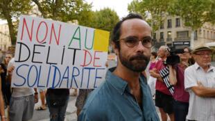 Cédric Herrou devant le tribunal d'Aix-en-Provence, lors de son procès, le 8août2017.