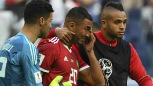 L'attaquant marocain Aziz Bouhaddouz inconsolable après avoir marqué contre son camp face à l'Iran.