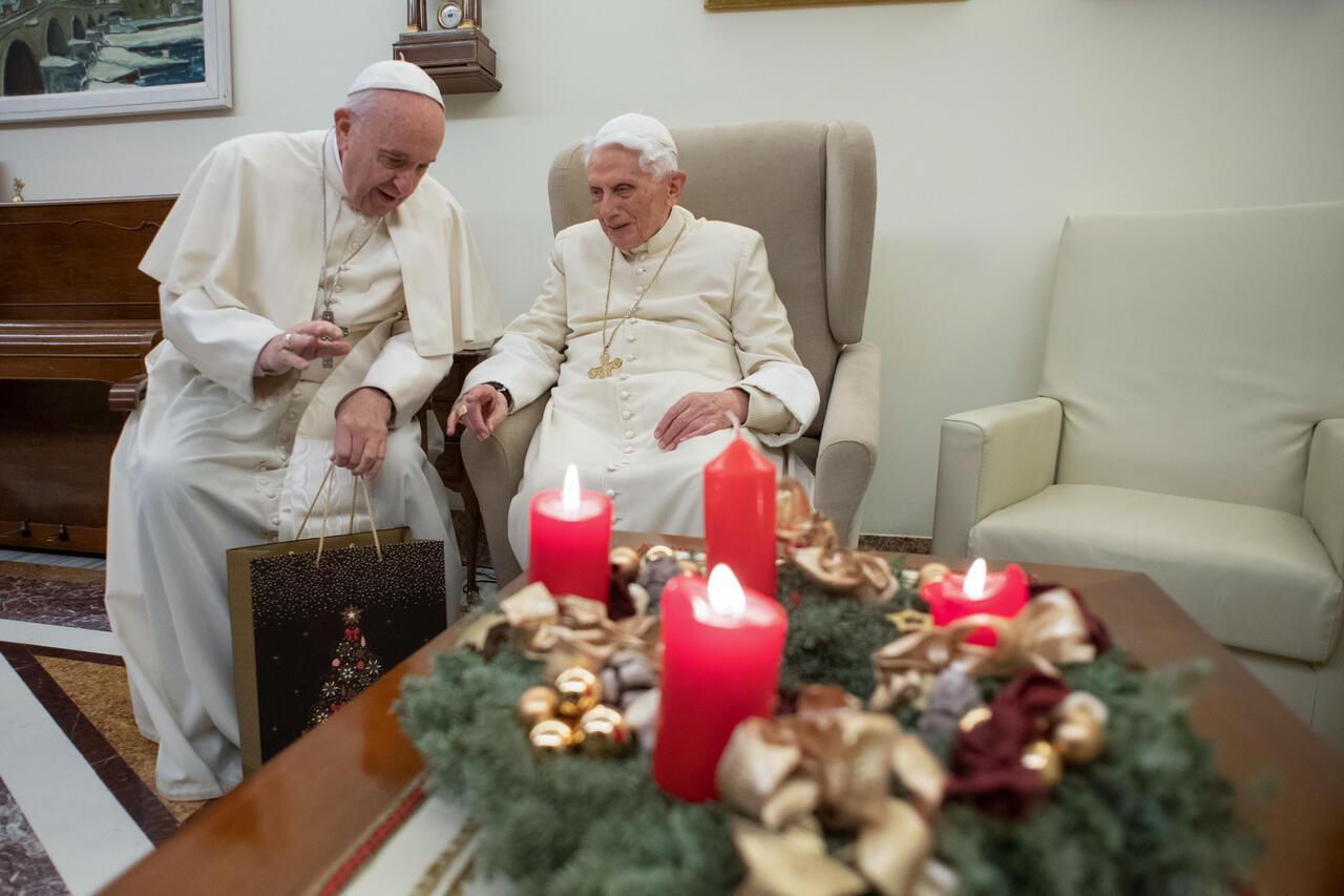 El papa Francisco ofreciendo un regalo a Benedicto XVI en el Vaticano en una fotografía divulgada el 21 de diciembre de 2018.