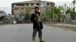 Un policier afghan monte la garde devant les lieux de l'attentat, à Kaboul.
