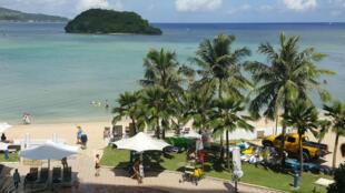 Des touristes sur une plage de Hagatna, la capitale de Guam, le 14 juillet 2017.