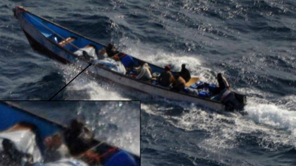 Évelyne Colombo retenue en otage au large du Yémen par des pirates somaliens sur une petite embarcation, en 2011.