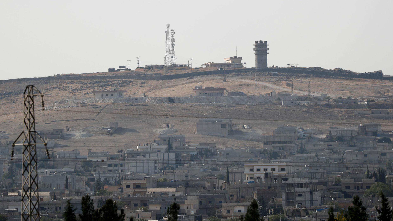 Se ve un puesto de observación estadounidense abandonado desde la ciudad fronteriza turca de Suruc, en la provincia de Sanliurfa, Turquía, el 14 de octubre de 2019.