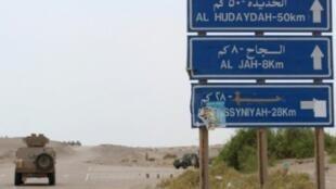 صورة التقطت خلال جولة لقوات اليمنية الموالية للحكومة في 2 حزيران/يونيو على طريق رئيسي في الحديدة