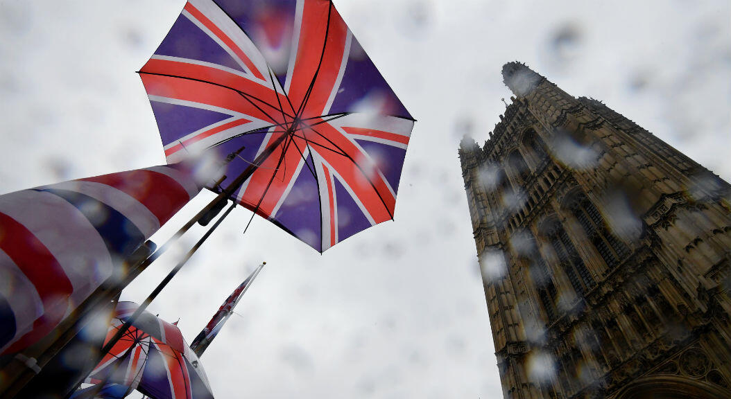 Banderas del Reino Unido se observan a las afueras de la sede del parlamento británico, el 24 de octubre de 2019.