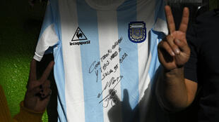 Una réplica de la camiseta del la selección de fútbol de Argentina utilizada durante la final de la Copa Mundial de la FIFA México '86, escrita a mano y firmada por la ex estrella Diego Maradona, en un restaurante de la comunidad durante el cierre impuesto por el gobierno contra el coronavirus, José C. Paz, Buenos Aires, Argentina, el 8 de mayo de 2020.