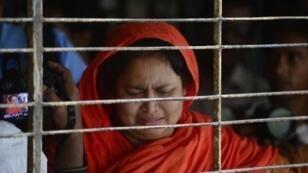 أحد قريبات المدون عاشق الرحمن تبكي بعد التعرف على جثته
