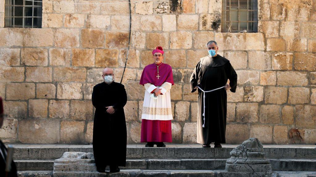 El arzobispo Pierbattista Pizzaballa, administrador apostólico del Patriarcado Latino de Jerusalén se encuentra en la entrada de la Iglesia del Santo Sepulcro en medio de restricciones debido a la enfermedad por el coronavirus Covid-19 en la Ciudad Vieja de Jerusalén, el 9 de abril de 2020.
