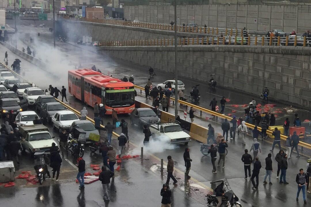 متظاهرون ضد رفع سعر البنزين في إيران - 16-11-2019
