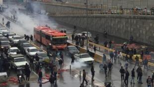 Les gens protestent contre l'augmentation du prix de l'essence sur une autoroute à Téhéran, en Iran, le 16 novembre 2019.
