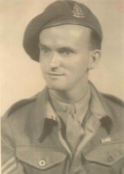 Le vétéran Walter Sharp à l'âge de 25 ans sous l'uniforme britannique. Il s'était engagé en 1940 au sein du Royal Army Ordnance Corps.