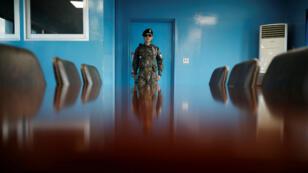 Un soldado surcoreano hace guardia en la zona desmilitarizada que separa las dos Coreas, Panmunjom, Corea del Sur, el 18 de abril de 2018.
