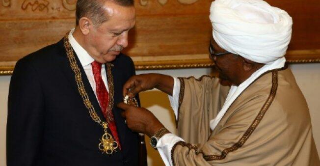 الرئيس السوداني عمر البشير يقلد نظيره التركي رجب طيب أردوغان وساما في الخرطوم في 24 كانون الأول/ديسمبر 2017