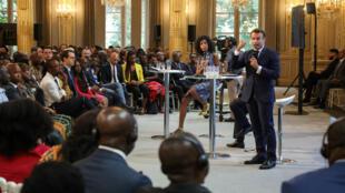 """Le président français Emmanuel Macron lors du """"grand débat"""" avec les diasporas africaines de France, le 11juillet2019 à l'Élysée."""