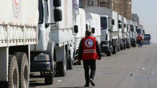 Un convoi du Croissant-Rouge quitte Damas, le 17 février, pour apporter de l'aide aux villes assiégées.