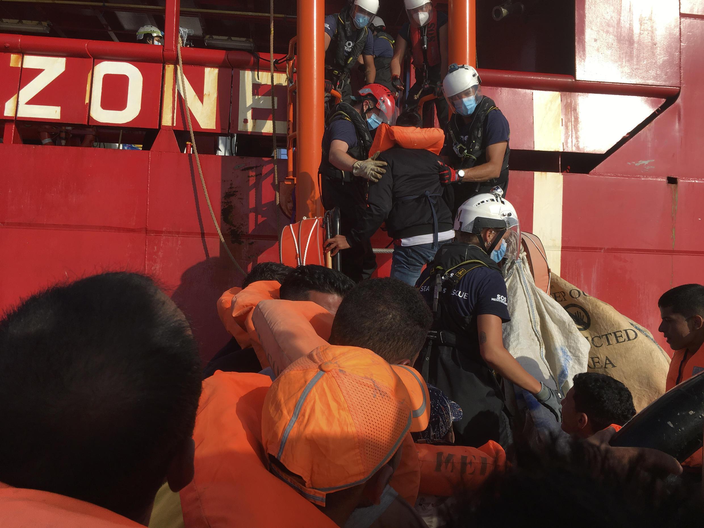 Los migrantes son rescatados por miembros de la ONG francesa SOS Méditerranée, frente a las costas de Lampedusa, Italia, el 25 de junio de 2020.