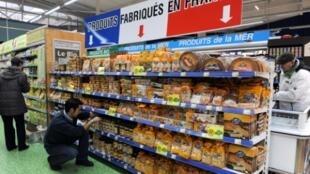 صورة تعبيرية لمنتجات فرنسية الصنع معروضة في متجر في منطقة البروتاني غرب فرنسا في 2013