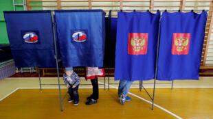 Electores rusos durante las elecciones municipales en un puesto de votación de San Petersburgo, Rusia, el 8 de sepetiembre de 2019