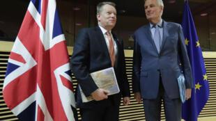 المفاوضان الأوروبي ميشال بارنييه (يمين) والبريطاني ديفيد فروست لدى بدء أول جولة من المحادثات التجارية لمرحلة ما بعد بريكست في بروكسل بتاريخ 2 آذار/مارس 2020