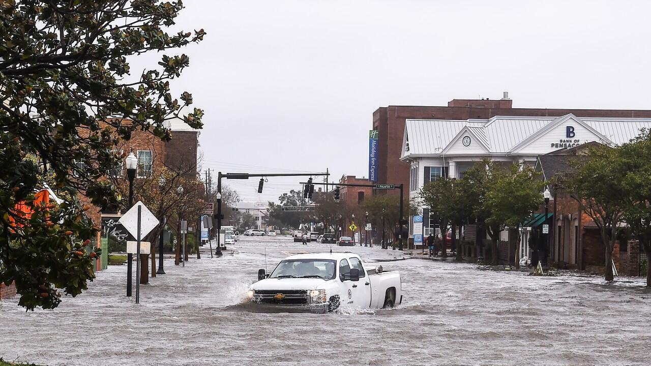 Un vehículo queda atrapado en una calle inundada, tras el paso de la tormenta Sally en el centro de Pensacola, Florida, el 16 de septiembre de 2020.
