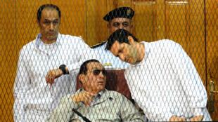 الرئيس المصري السابق حسني مبارك مع نجليه جمال وعلاء