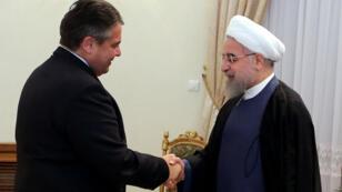 Le président iranien Hassan Rohani accueille le ministre allemand de l'Économie Sigmar Gabriel, dimanche 19 juillet 2015.