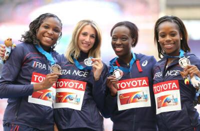 Ayodele Ikuesan, Céline Distel-Bonnet, Myriam Soumaré et Stella Akakpo sur le podium des Mondiaux, avant d'apprendre leur disqualification.