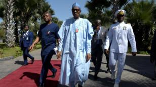 Le président nigérian Muhammadu Buhari lors de son arrivée à Banjul, le 13 décembre.