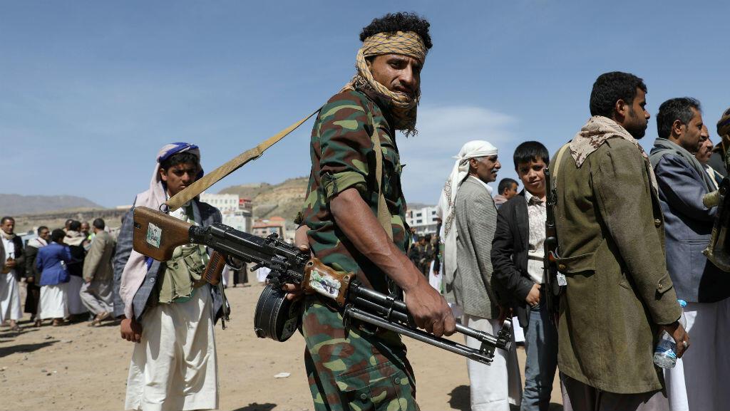 Un hutí lleva un arma durante una reunión para recibir suministros de alimentos en Saná, Yemen , 21 de septiembre de 2019.