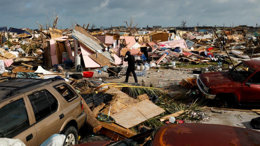 Un hombre camina entre los escombros en el vecindario de Mudd, devastado después de que el huracán Dorian azotara las islas Ábaco en Marsh Harbour, Bahamas, el 6 de septiembre de 2019.