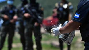 Miembros de la Agencia Técnica de Investigación Criminal de Honduras (ATIC) se preparan para quemar unos 250 mil kilos de cocaína, incautados el pasado mes de mayo, el 24 de julio de 2020 en Tegucigalpa.