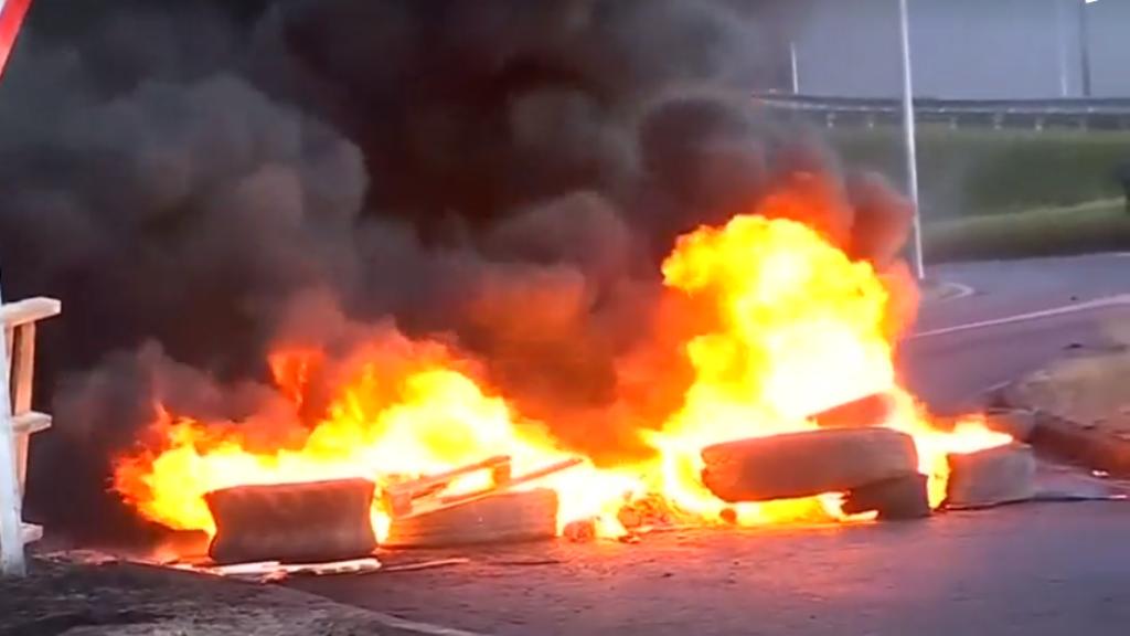 """Las manifestaciones contra las modificaciones a la """"Ley de la jibia"""" terminó en disturbios, con barricadas en llamas."""