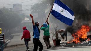 Los manifestantes toman parte en una protesta contra el gobierno del presidente Daniel Ortega en Monimbo, Nicaragua, el 12 de mayo de 2018.