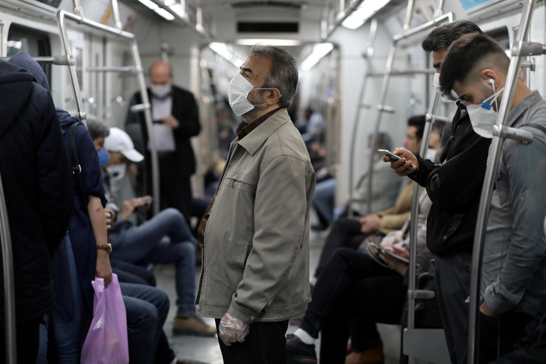إيرانيون يرتدون أقنعة واقية للحد من تفشي فيروس كورونا أثناء ركوبهم المترو، في طهران ، إيران ، 20 مايو/أيار 2020.