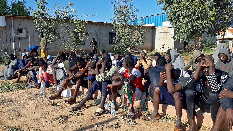 Imagen de archivo. Los migrantes que sobrevivieron a un naufragio mortal se reúnen en una zona de la costa de al-Khums, una ciudad portuaria situada a 120 kilómetros (75 millas) al oeste de la capital libia, Trípoli, el 12 de noviembre de 2020.