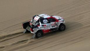 El catarí Nasser Al Attiyah conduce su Toyota durante la novena etapa del Rally Dakar 2019, en Pisco, el 16 de enero de 2019.