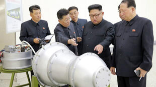 Le leader nord-coréen, Kim Jong-un, dimanche 3 septembre 2017, inspecte ce qui est présenté comme une bombe à hydrogène.