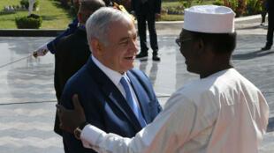 Le Premier ministre israélien, Benjamin Netanyahou, est accueilli par le président tchadien, Idriss Deby, à son arrivée à N'Djamena le 20 janvier 2019.