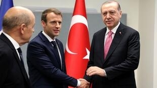 الرئيس الفرنسي إيمانويل ماكرون والرئيس التركي رجب طيب إردوغان خلال لقائهما على هامش اجتماع الجمعية العامة للأمم المتحدة في نيويورك في 19 أيلول/سبتمبر 2017