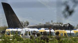 تحطم طائرة عسكرية بعد إقلاعها من مطار بوفاريك في الجزائر 11 أبريل/نيسان 2018.