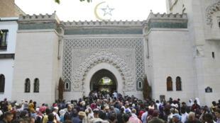 Des fidèles musulmans à la grande mosquée de Paris en juin 2018.