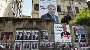 Les élections libanaises s'affichent sur les murs de Beyrouth, le 3 avril 2018