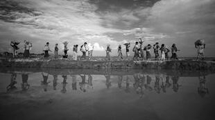 Refugiados rohingya continúan su camino después de cruzar de Myanmar a Palang Khali, cerca de Cox's Bazar, Bangladesh, 2 de noviembre de 2017.